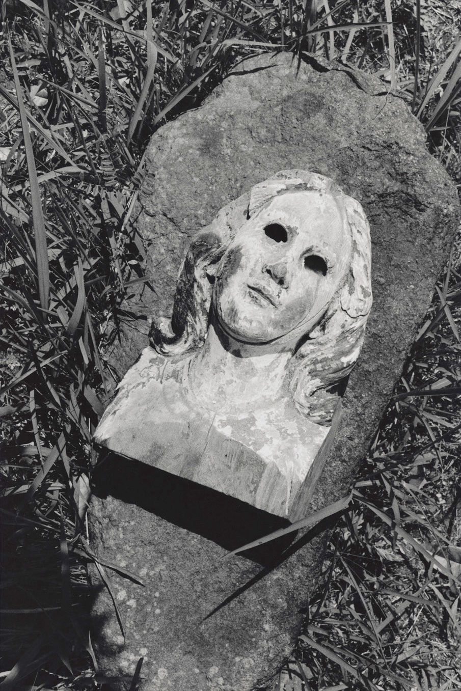 被爆したマリア像。かつてカトリック浦上天主堂の祭壇にあった木製の聖母像。この像のモデルはムリーリョ作『無原罪の御宿り』と伝えられる(長崎、1998年)©Yoshino Oishi