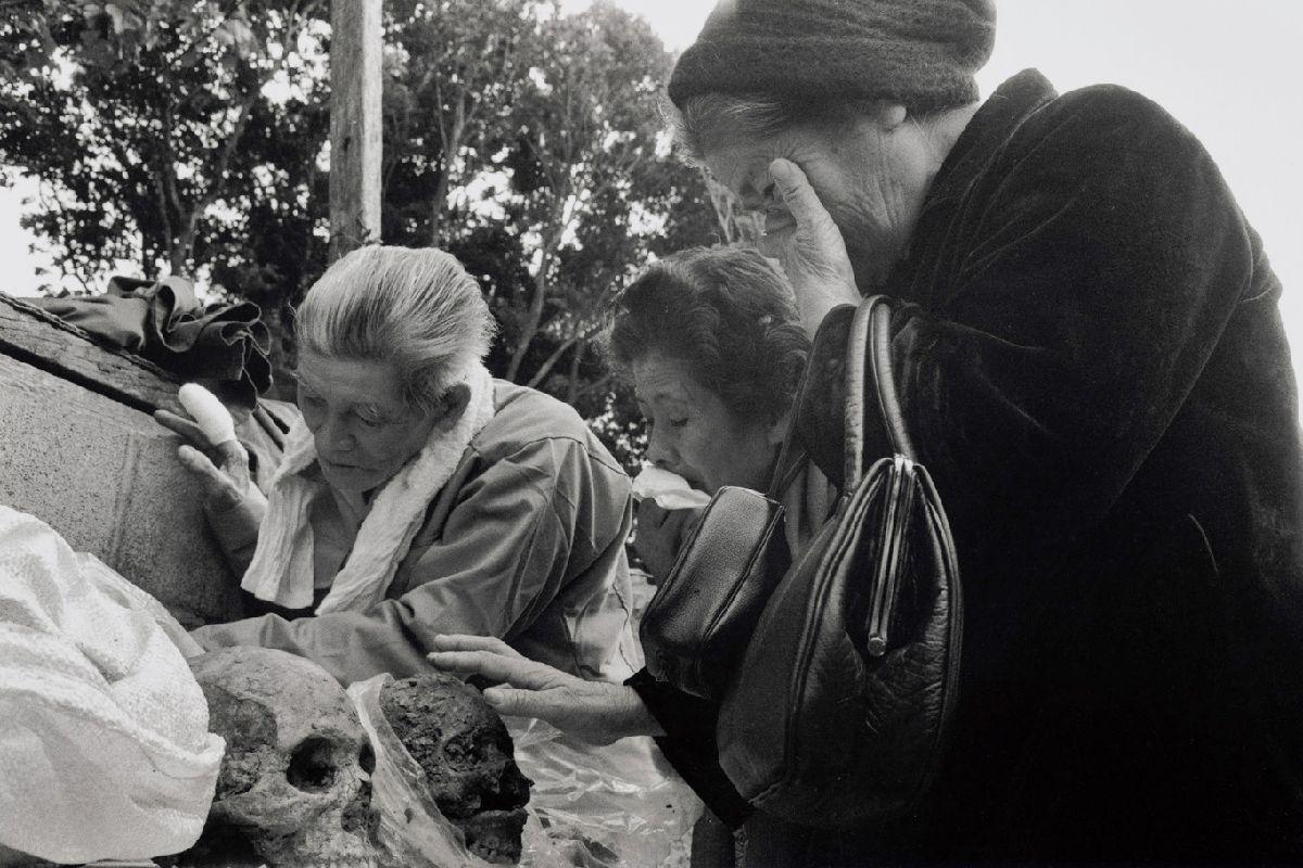 写真・図版 : 壕のなかで亡くなった妹の頭蓋骨を発見。涙を流す崎山キク(沖縄・伊江島、1984年)©Yoshino Oishi