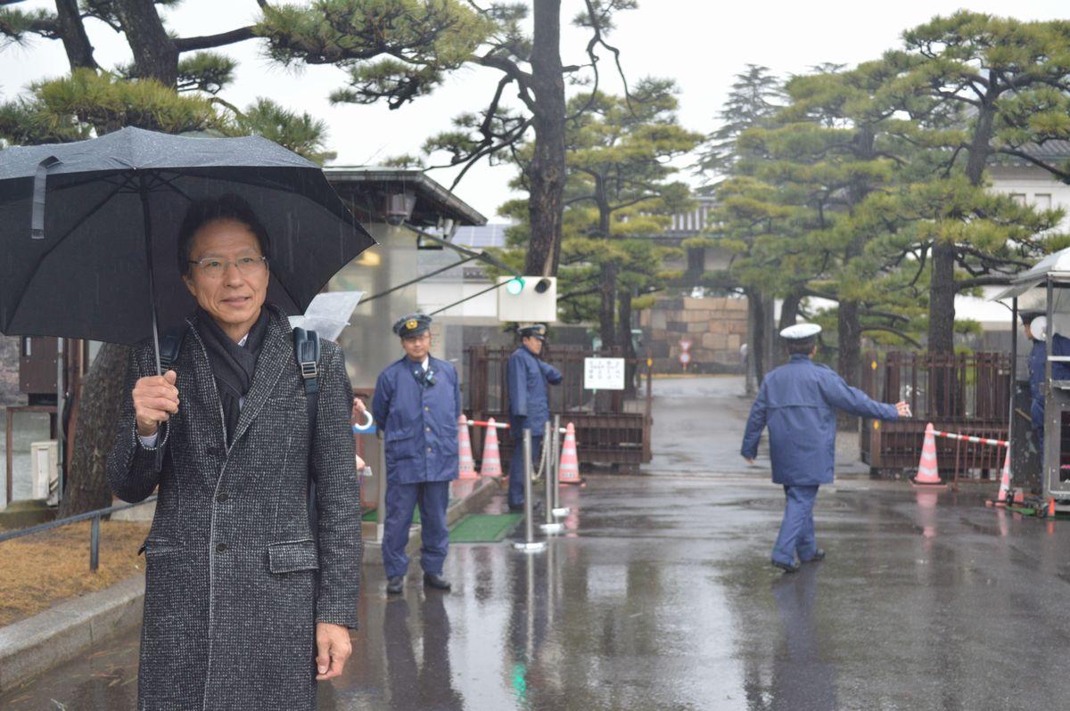 写真・図版 : 筆者とこれから皇居を参観する姜尚中・東大名誉教授=3月7日、桔梗門前