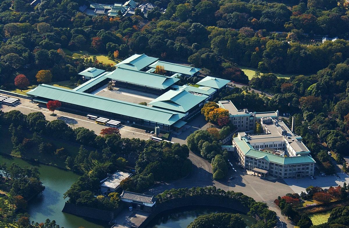 写真・図版 : 皇居の宮殿(中央)と宮内庁(右)、坂下門(左下)=2001年11月、朝日新聞社ヘリコプターから