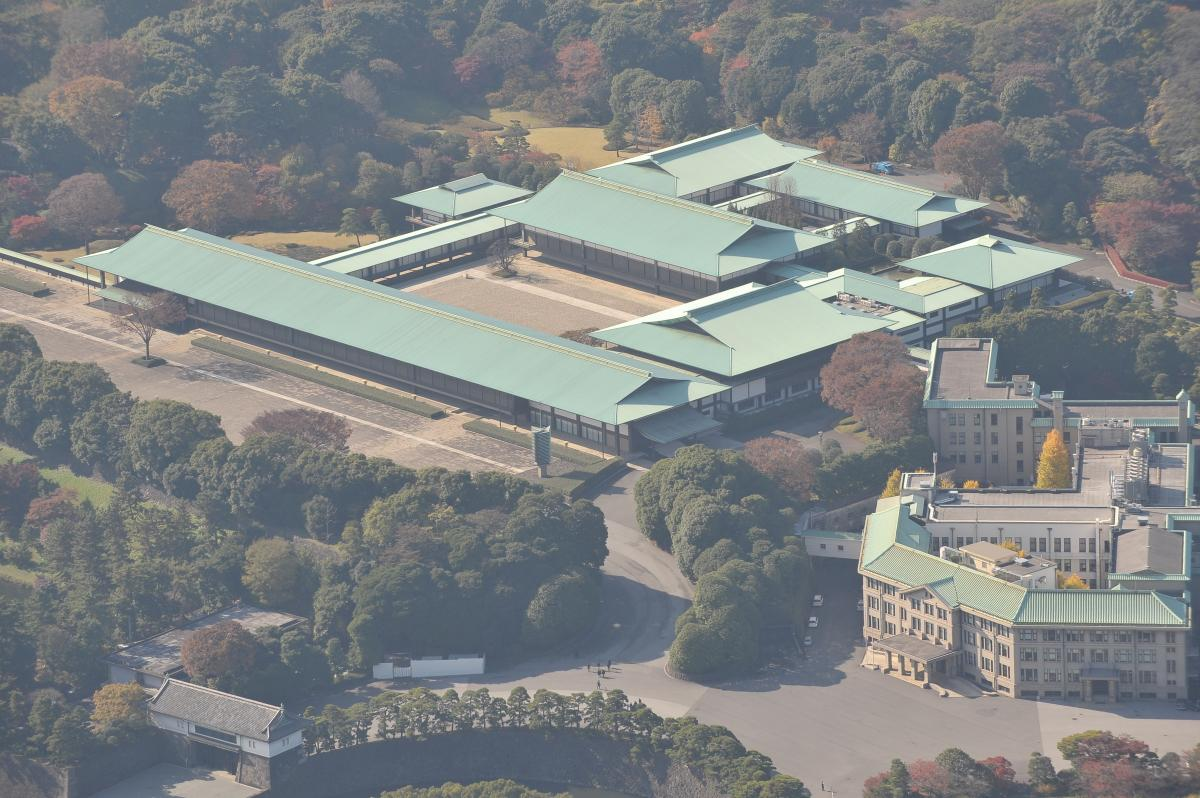 写真・図版 : 皇居の宮殿(中央)と宮内庁(右)、坂下門(左下)=2008年11月、朝日新聞社ヘリコプターから
