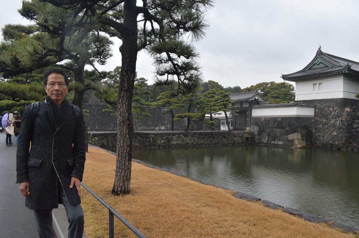 写真・図版 : 皇居を参観した姜尚中氏=3月7日、桔梗門前