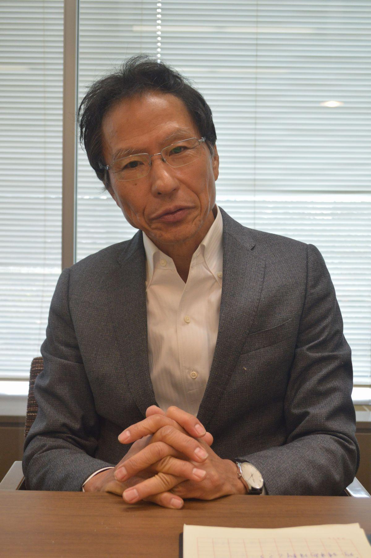 写真・図版 : ナショナリズムについて語る姜尚中氏=3月7日、東京・築地の朝日新聞社