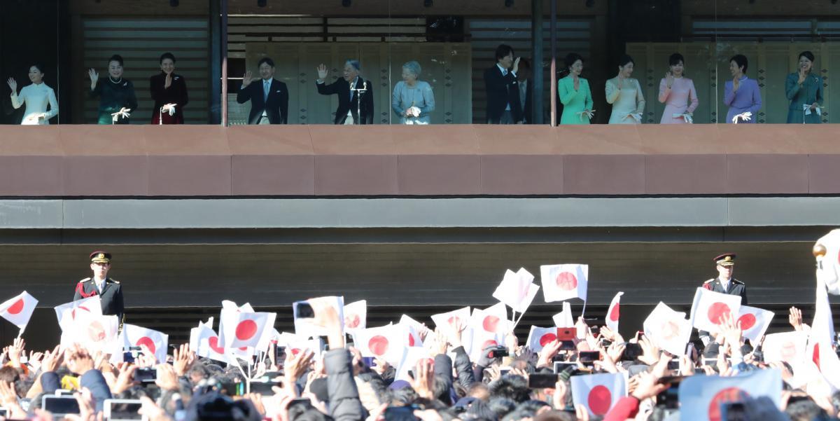 写真・図版 : 新年の一般参賀でベランダに並んで国民に応える天皇・皇后両陛下と皇族方=1月2日、皇居・宮殿東庭