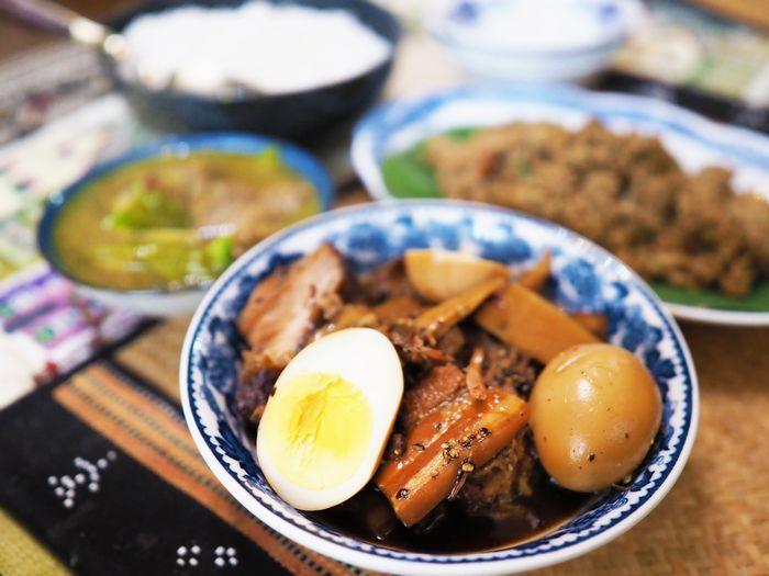 写真・図版 : じっくりと煮込まれた豚の角煮。肉だけではなく、卵も中まで味がしみている(写真はいずれも筆者撮影)