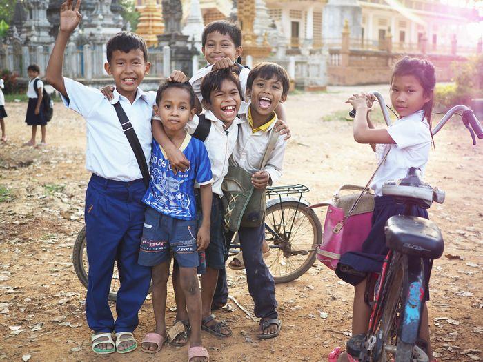 写真・図版 : カンボジア、バッタンバン州。夕暮れ時に出会った子どもたちと。彼ら、彼女たちの存在が、この国の未来そのものだ