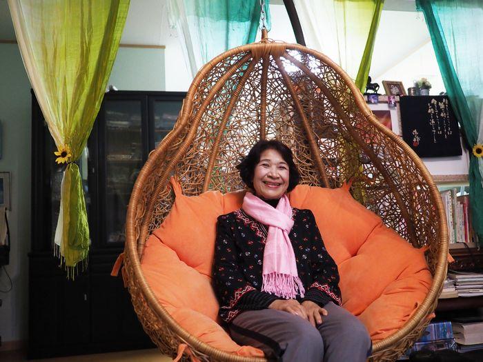 写真・図版 : リビングにあった素敵な椅子で。色使いの鮮やかさが、カンボジアの街中にあるおしゃれなカフェを思わせる