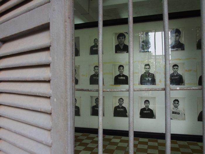 写真・図版 : ここに収容されていった人々は2万人近いとされるが、生き残ったのは数人だ。今は「虐殺博物館」となり、壁には収容者の写真が並んでいる