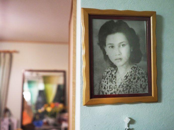 写真・図版 : 母の写真。その面影はどこか、セタリンさんの横顔と重なる