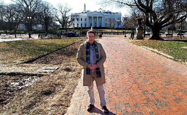 米政府系放送局「ボイス・オブ・アメリカ」(VOA)のホワイトハウス担当記者、スティーブ・ハーマン=ワシントン、後ろはホワイトハウス