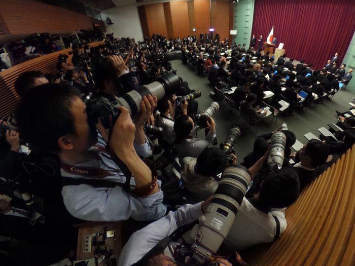 写真・図版 : 新元号に関する安倍首相の記者会見には多くの報道陣が詰めかけた=2019年4月1日