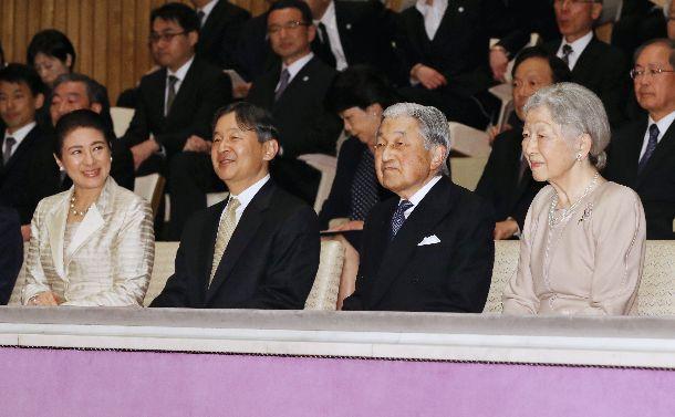 天皇陛下即位30年と天皇、皇后両陛下ご成婚60年を祝う音楽会に出席する天皇、皇后両陛下と皇太子ご夫妻=2019年4月2日、皇居・東御苑の桃華学堂