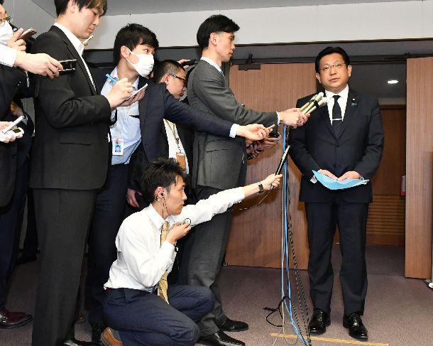 辞意を表明する塚田一郎国土交通副大臣=2019年4月5日午前、東京・霞が関の国交省