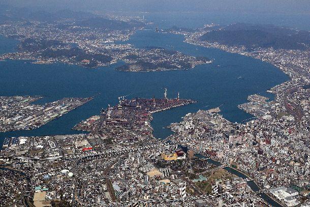 下関北九州道路のルートに想定される関門海峡。手前は北九州市、対岸が山口県下関市。中央奥には関門橋が見える=2019年4月1日