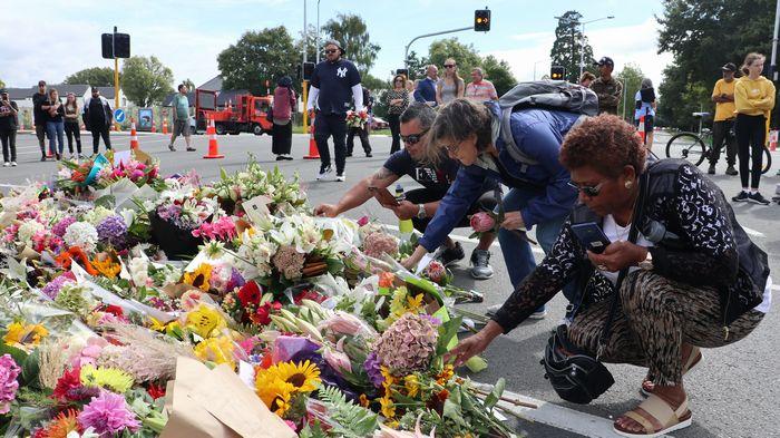 写真・図版 : ヌールモスク近くには献花する人々が次々と集まった=3月16日、クライストチャーチ