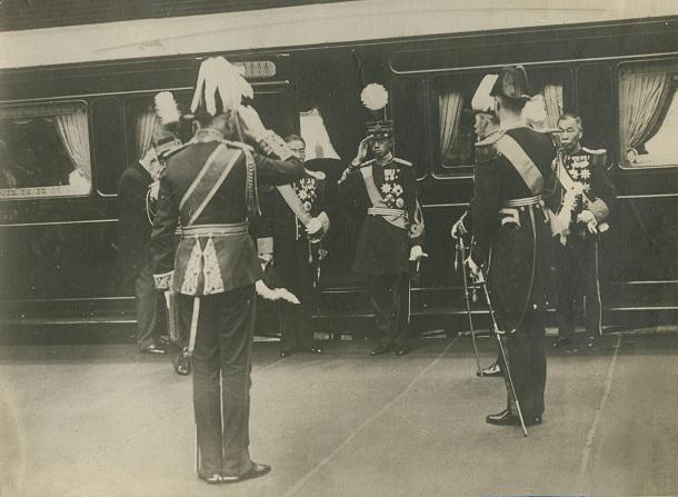 写真・図版 : ビクトリア駅に着き、英国王ジョージ5世(手前左)の出迎えを受ける皇太子時代の昭和天皇=1921年5月9日