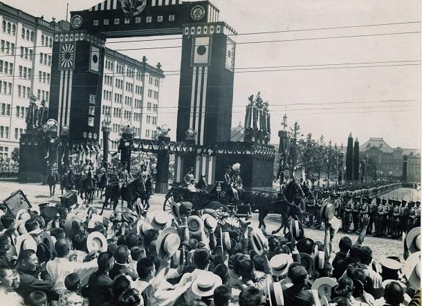 写真・図版 : 欧州訪問からの帰国後、馬車で高輪東宮御所に向かう皇太子時代の昭和天皇に、警戒線を突破して「万歳」を叫ぶ群衆=1921年9月3日