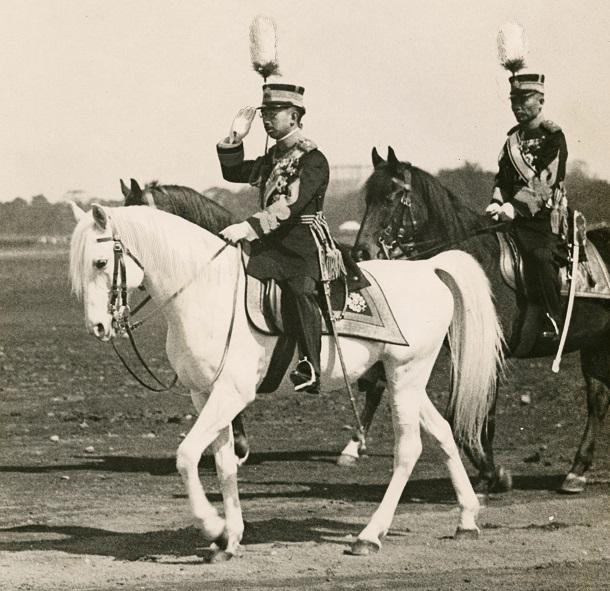 写真・図版 : 天長節(天皇誕生日)を祝う観兵式で、愛馬「白雪」に騎乗して閲兵する昭和天皇=1933年4月29日、東京・代々木練兵場(現・代々木公園)