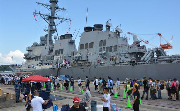 写真・図版 : 公開されたイージス駆逐艦カーティス・ウィルバーを見学しようと列をつくる観光客ら=2016年8月6日、米海軍横須賀基地