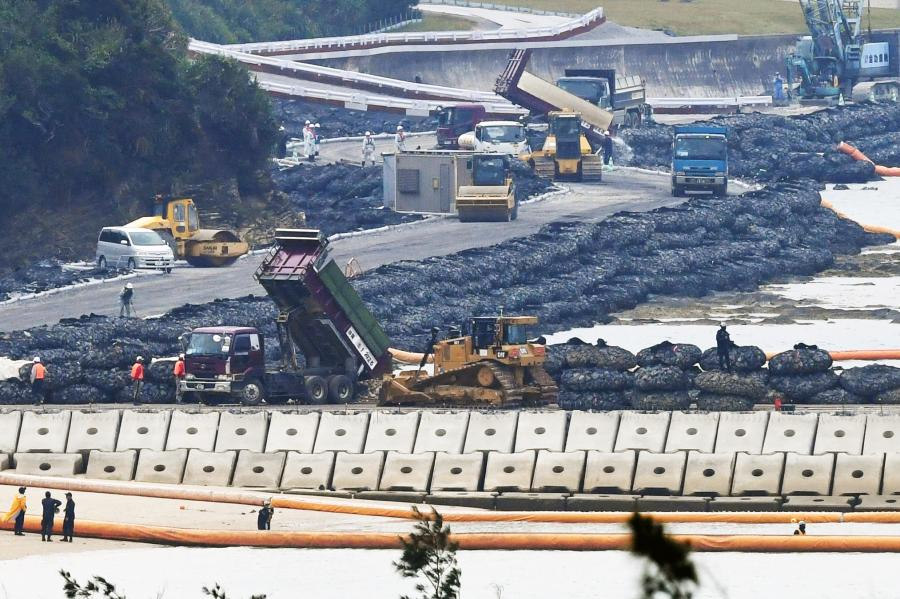 写真・図版 : 新たな工事区域への土砂投入=2019年3月25日、沖縄県名護市、長沢幹城撮影