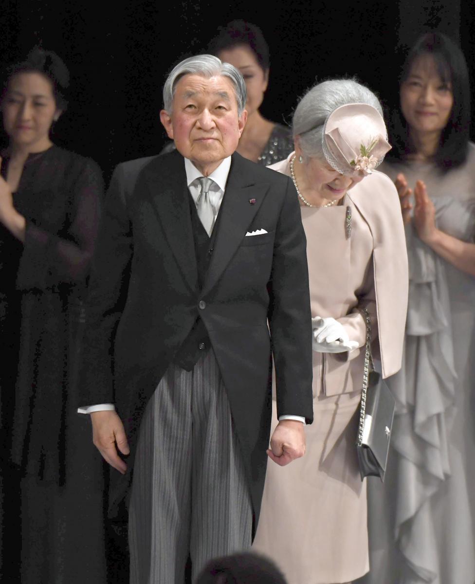 写真・図版 : 在位30年記念式典を終え、会場を後にする天皇、皇后両陛下=2月24日、東京・国立劇場、代表撮影
