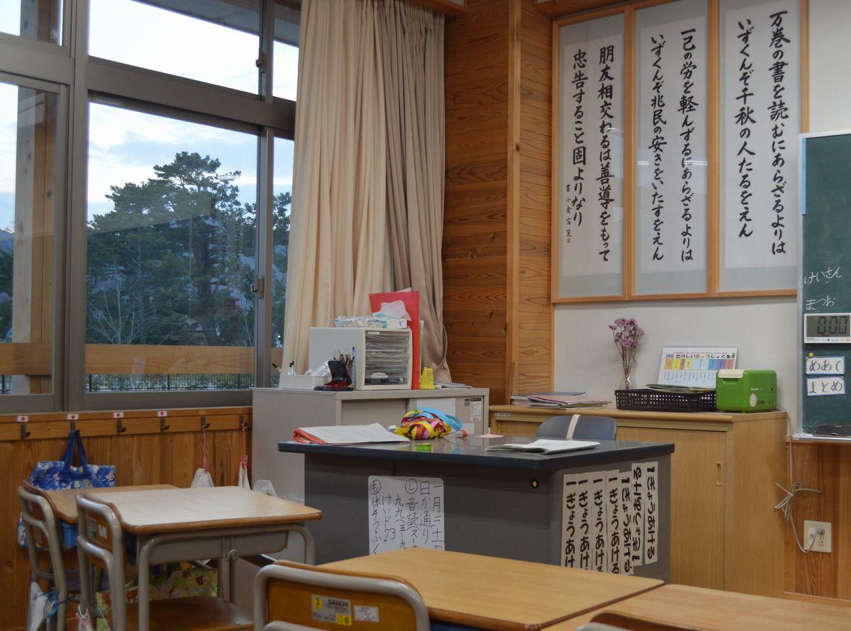 写真・図版 : 明倫小学校の教室。毎朝唱える「松陰先生のことば」が壁に並ぶ=1月30日、萩市江向