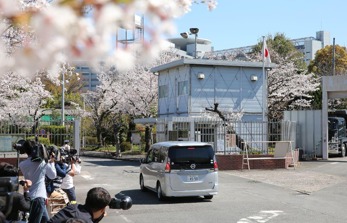 東京拘置所に入るカルロス・ゴーン前会長を乗せたとみられる車両=2019年4月4日、東京都葛飾区