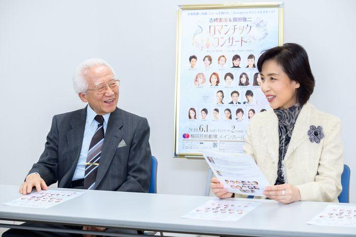 写真・図版 : 吉﨑憲治(左)と杜けあき=安田新之助撮影