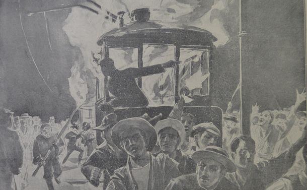 写真・図版 : 日比谷焼き打ち事件を伝える「東京騒擾画報」(1905年)から、夜に群衆が路面電車を焼く絵=東京都立図書館所蔵