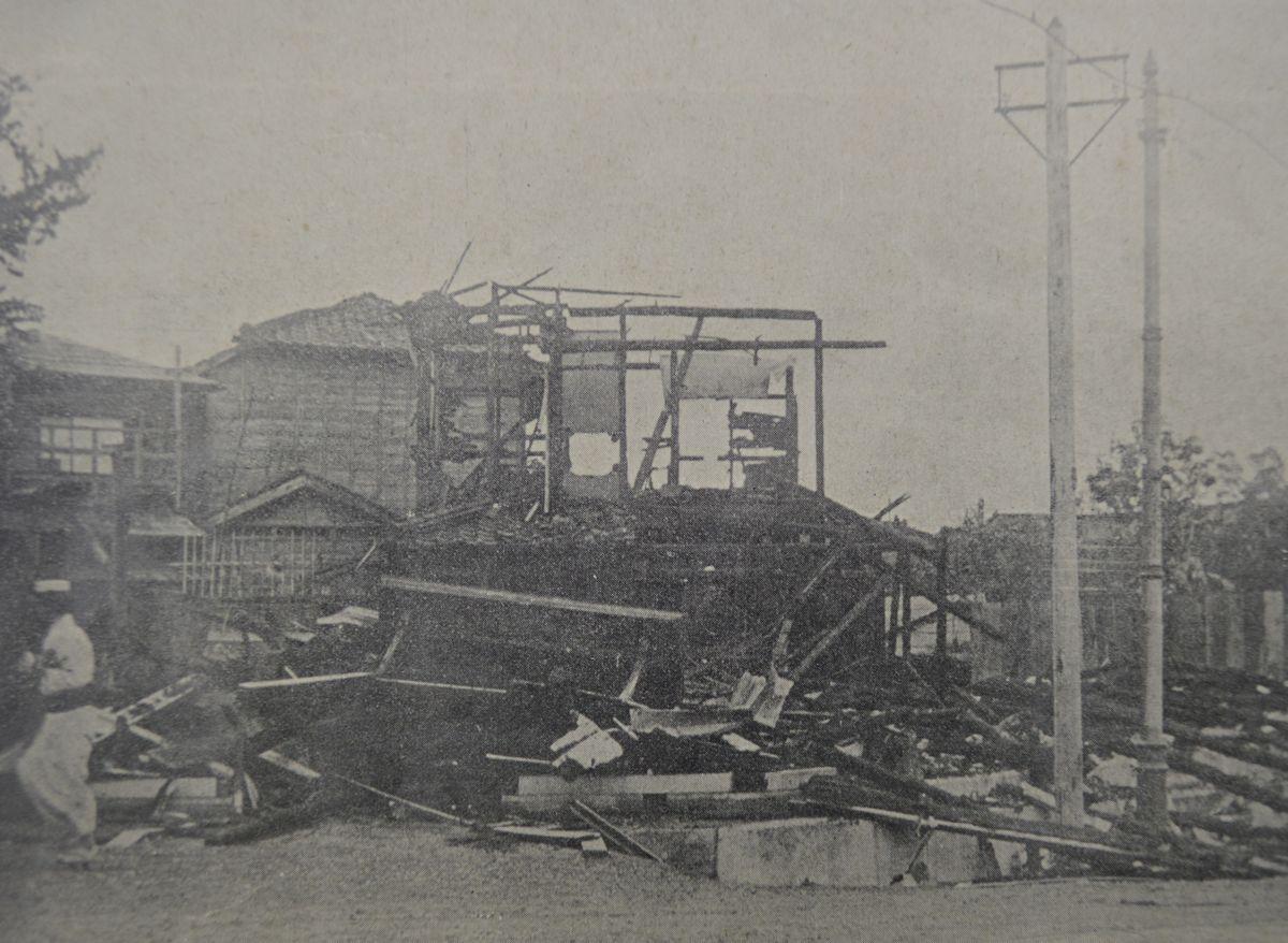 写真・図版 : 日比谷焼き打ち事件を伝える「東京騒擾画報」(1905年)から。「神田警察署小川町分署は九月五日夜破壊、六日夜焼却せられて民家二戸も罹災す」=東京都立図書館所蔵