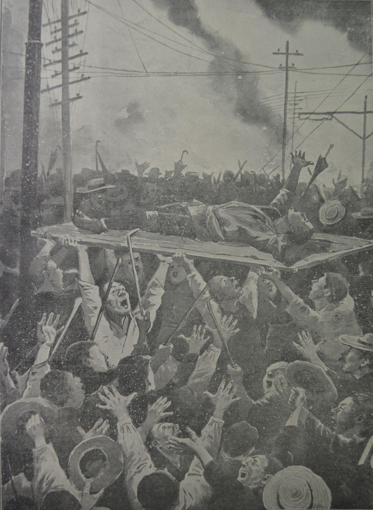 写真・図版 : 日比谷焼き打ち事件を伝える「東京騒擾画報」(1905)から、戸板に載せたけが人を神輿のように担いで騒ぐ群衆=東京都立図書館所蔵