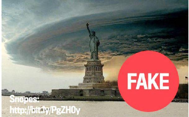 写真・図版 : ハリケーン「サンディ」のフェイク画像。「2004年に撮られたスーパーセルの写真と自由の女神の画像を組み合わせたもの。真偽の検証はsnopes.comが既に行っていました」として「GIGAZINE」に掲載された
