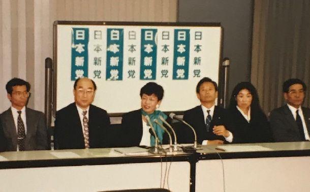 国が上告を決定。日本新党も上告に参加することになり記者会見。円(中央)の左が梶谷剛弁護士。右端が菅田文明弁護士=1994年12月9日