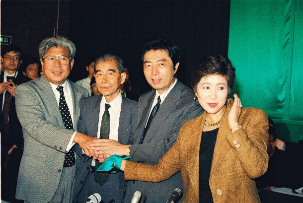 1992年参院選で日本新党からは4人が当選した。左から寺沢芳雄さん、武田邦太郎さん、細川護煕さん、小池百合子さん=1992年7月27日