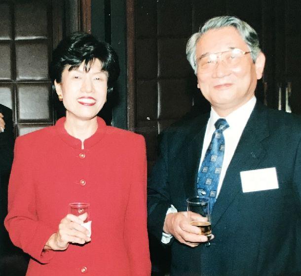 写真・図版 : 法務省事務次官だった原田明夫さんと円さん=1998年10月22日(筆者提供)