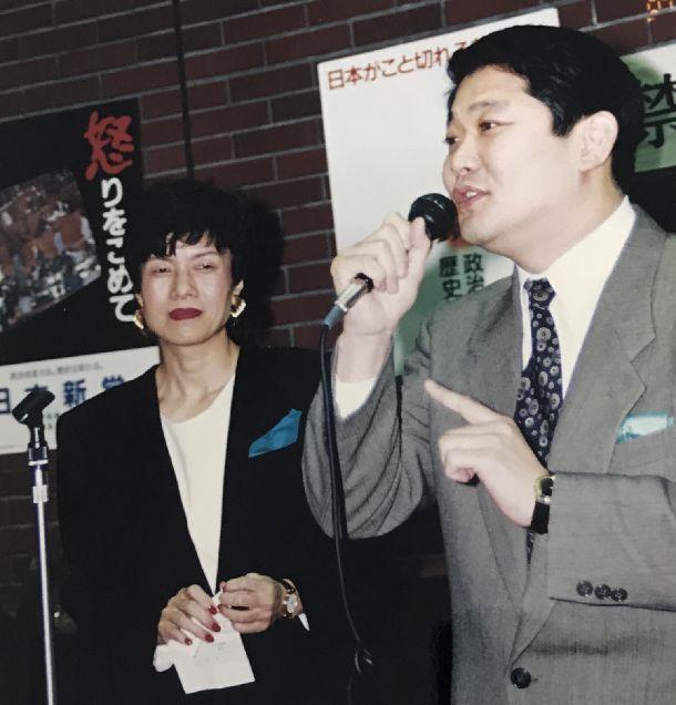 写真・図版 : 「女性のための政治スクール」の開講式で挨拶してくれる松崎哲久さん=1993年2月3日