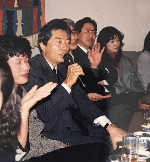 写真・図版 : 日本新党職員の人たちとのお別れ会で歌う細川さんと円(左)=1994年11月16日(筆者提供)