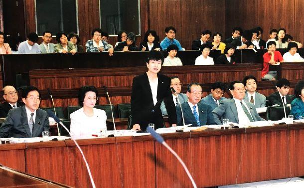 写真・図版 : 参院労働委員会で答弁中の円。この委員会出席中に「最高裁勝訴」のメモが入る=1995年5月25日(筆者提供)