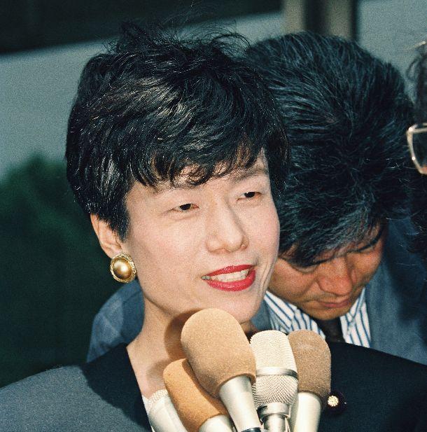 写真・図版 : 議員資格有効の最高裁判決を受け、報道陣の質問に笑みを浮かべる円より子参院議員=1995年5月25日