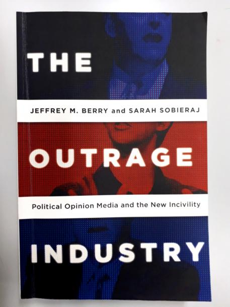 写真・図版 : タフツ大学教授のジェフリー・ベリーが同僚の社会学者と書いた「THE OUTRAGE INDUSTRY」