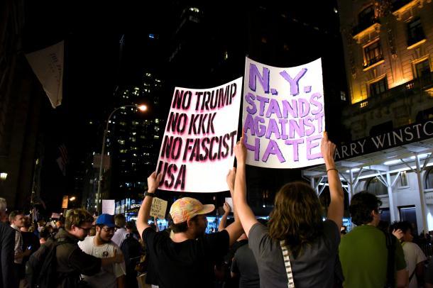 写真・図版 : トランプ大統領への抗議のため、トランプタワー周辺に集まった人たち=2017年8月