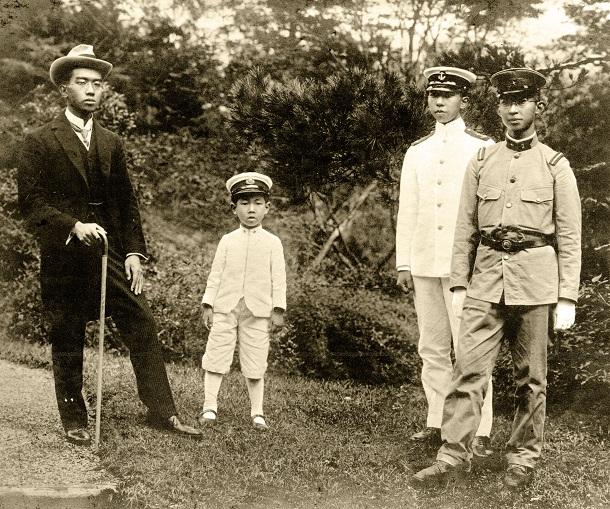 大正天皇、貞明皇后に欧州訪問からの帰国を報告するため、日光田母沢の御用邸を訪れた(左から)昭和天皇と三笠宮(澄宮)さま、高松宮さま、秩父宮さま。1921年