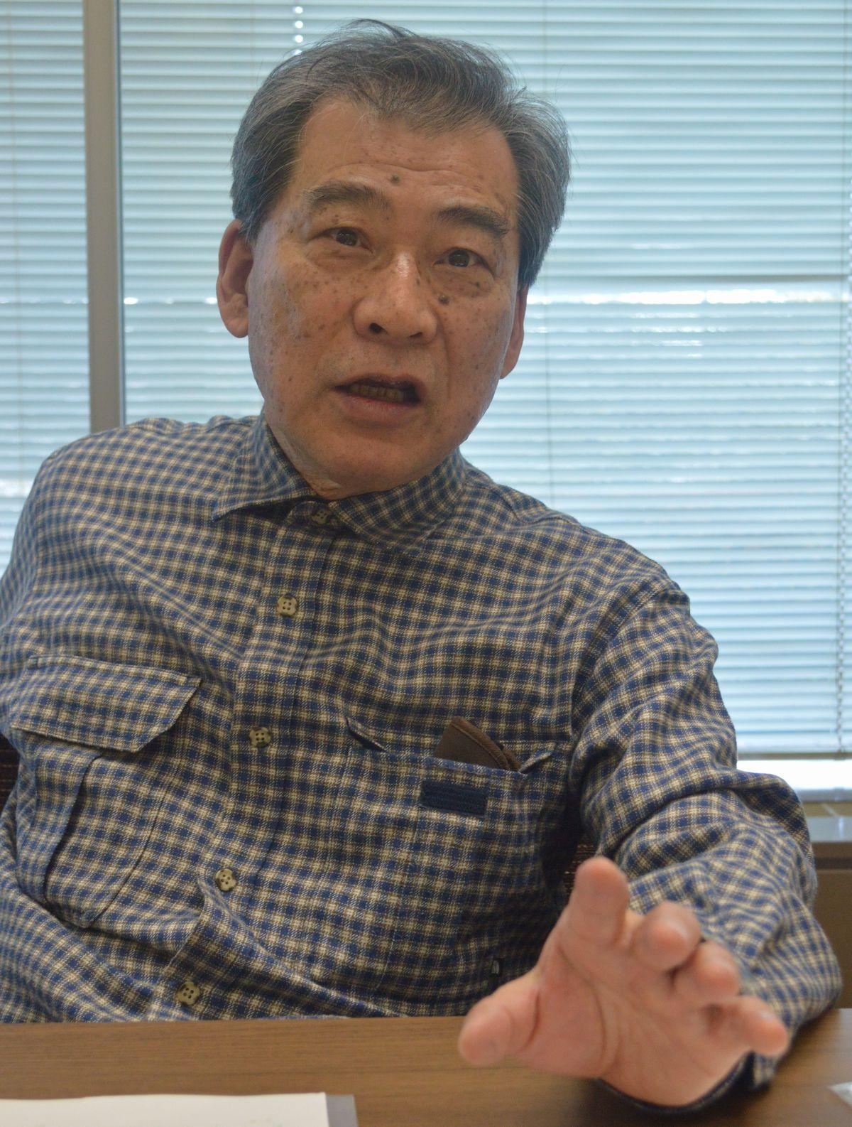 写真・図版 : 明治から大正の世相を語る作家の関川夏央さん=2月、藤田直央撮影