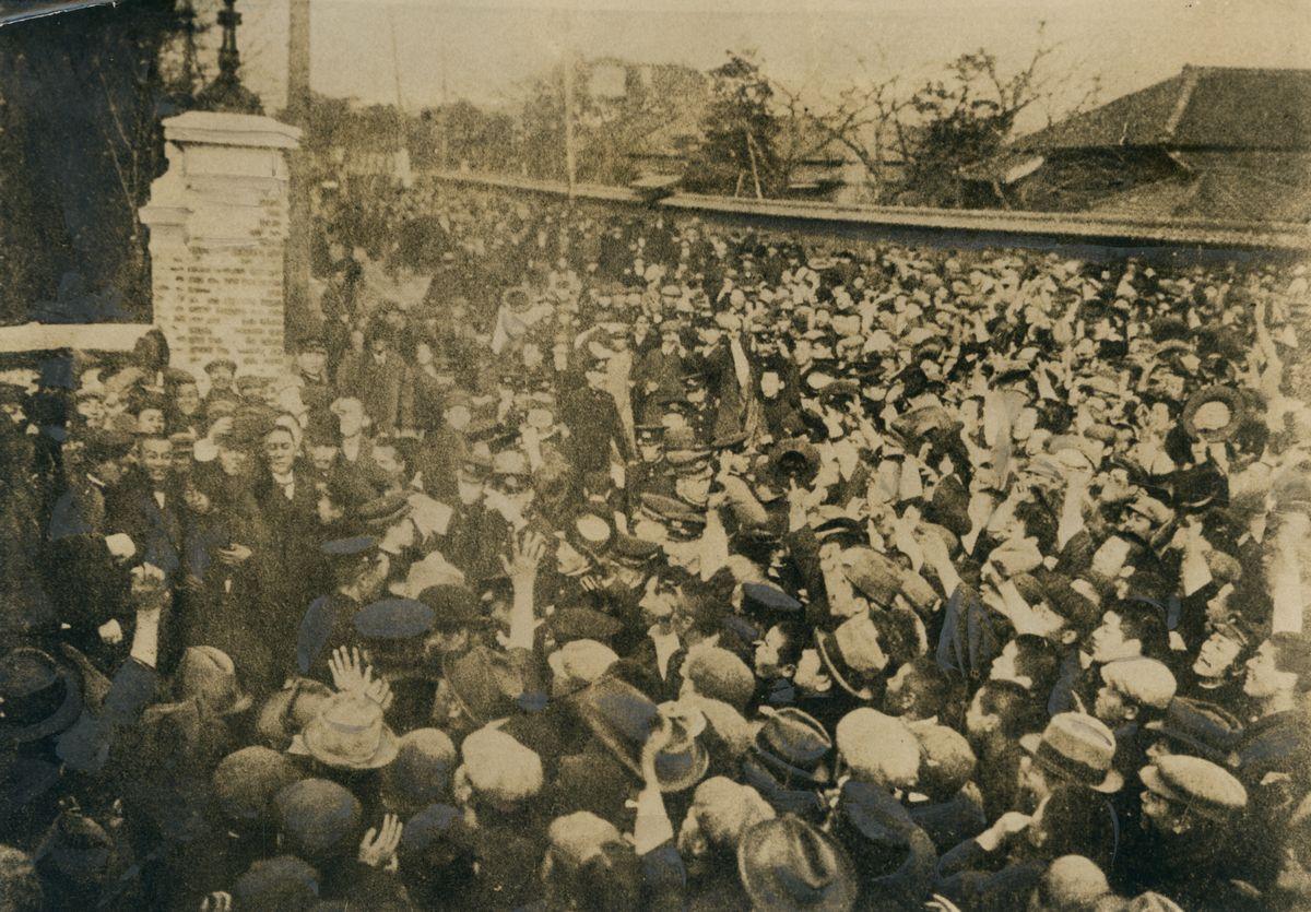 写真・図版 : 桂内閣成立後の1913年2月5日、「憲政擁護」派の政治家を応援すべく衆議院前に詰めかけた群衆=朝日新聞社