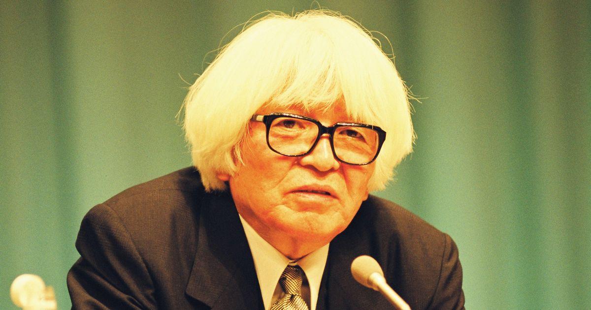 写真・図版 : 講演する司馬遼太郎=1993年、東京・有楽町の朝日ホール。朝日新聞社