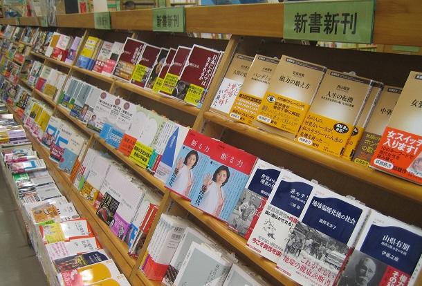 写真・図版 : 何度か起こった「新書ブーム」では、ふだんさほど本を読まない層まで読者の裾野が広がった=2009年、東京のジュンク堂書店池袋本店