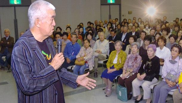 写真・図版 : TBSのラジオ番組「永六輔の誰かとどこかで」の1万2000回目を収録中の永六輔さん= 2006年