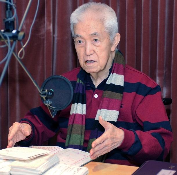 ジオ局のスタジオでマイクに向かう永六輔さん。自身の病気についてもよく話題にした=2014年12月