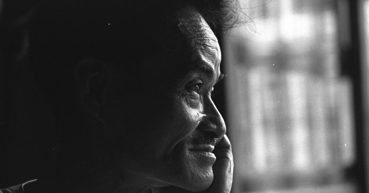 写真・図版 : 祖国復帰運動を率いた沖縄の政治家・瀬長亀次郎=1964年8月、那覇市の自宅。朝日新聞社