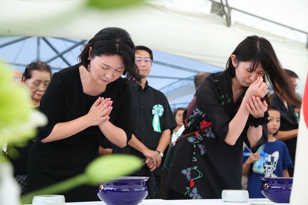 写真・図版 : 沖縄全戦没者追悼式を終え、手を合わせる人たち=6月23日午後1時、沖縄県糸満市。朝日新聞社